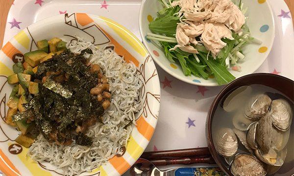 あさりの味噌汁としらす納豆アボカド丼
